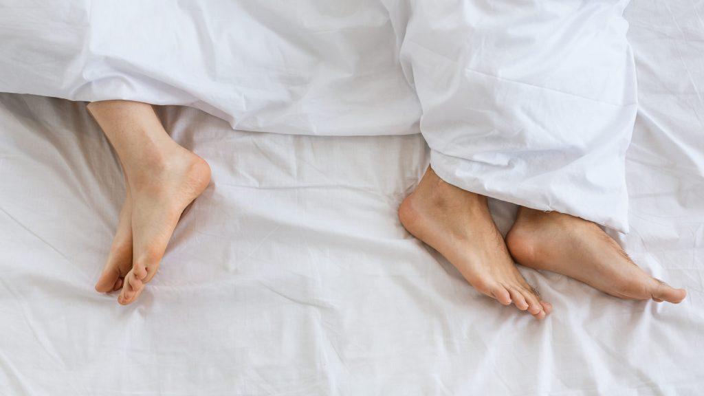 couple libido femme homme lit pieds